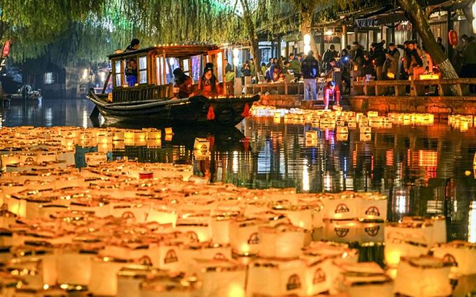 Thả đèn lồng ở Zhouzhang - Trung Quốc. Ảnh: Telegraph