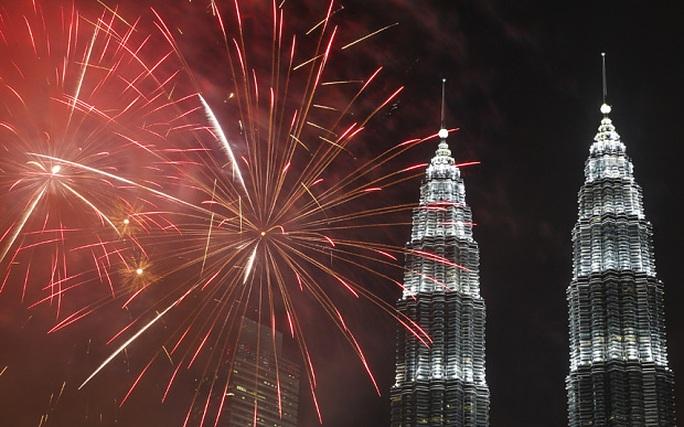 Tháp đôi Petronas ở thủ đô Kuala Lumpur rực rỡ. Ảnh: Telegraph
