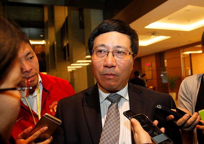Phó Thủ tướng Phạm Bình Minh trả lời báo chí bên hành lang Quốc hội ngày 28-3