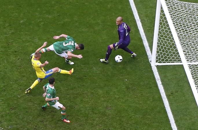 Tuy nhiên, đường căng ngang của Ibrahimovic đã buộc Ciaran Clark phải đá phản lưới nhà ở phút 71