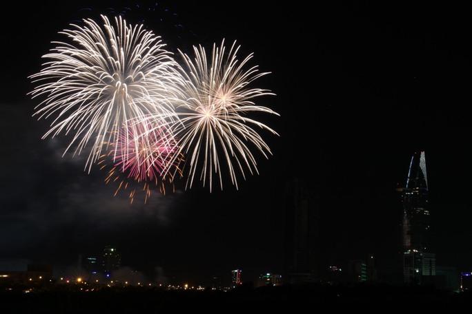 Người Sài Gòn mãn nhãn với pháo hoa mừng Quốc Khánh