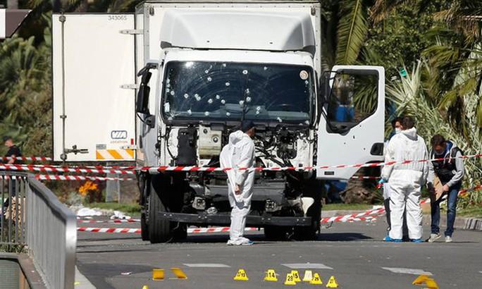 ...còn phần đầu xe hư hỏng. Ảnh: Reuters