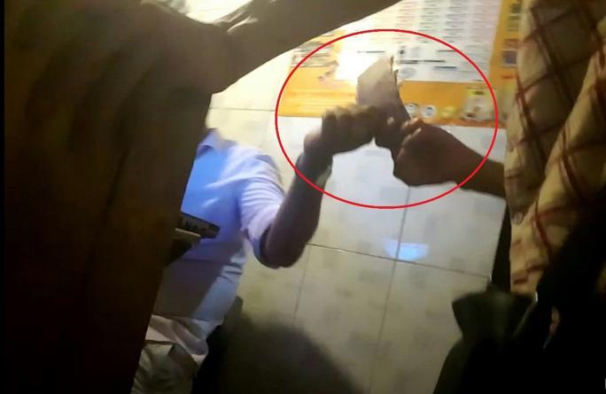 Cá cược công khai nhưng không ghi phơi tại cà phê Tina, phường 3, quận Tân Bình Ảnh: LÊ PHONG