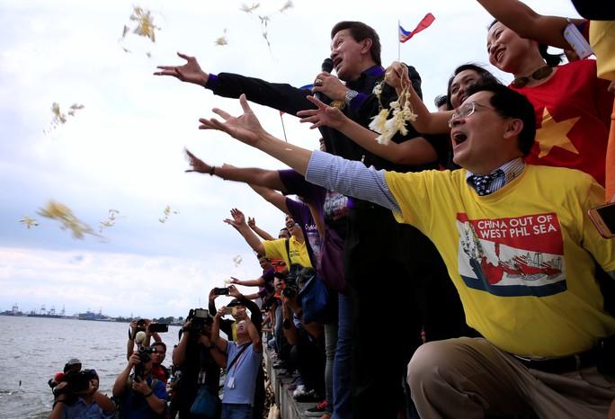 Dân Philippines mừng phán quyết hôm 12-7. Ảnh: Reuters