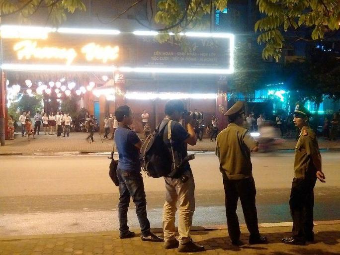 Lực lượng an ninh và phóng viên báo chí trước khách sạn JW Marriott lúc 21 giờ 30
