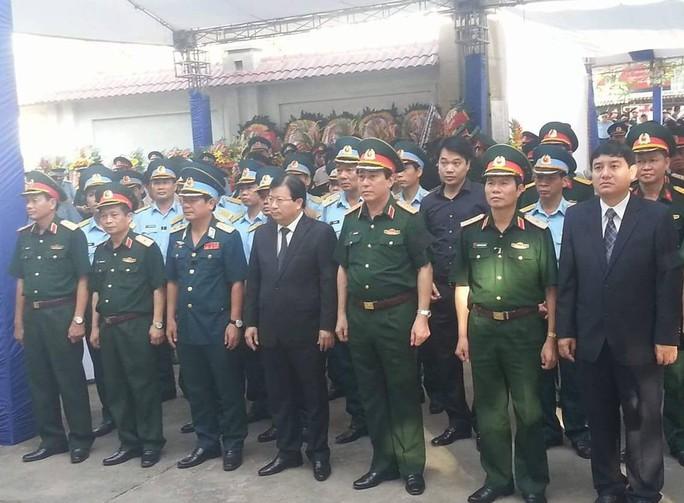 Phó thủ tướng Trịnh Đình Dũng, Chủ tịch Ủy ban Quốc gia Tìm kiếm cứu nạn (giữa), đến viếng đại tá Trần Quang Khải
