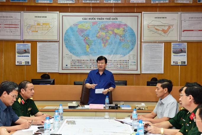 Phó Thủ tướng Trịnh Đình Dũng chỉ đạo công tác tìm kiếm máy bay bị nạn tại Sở Chỉ huy công tác cứu nạn của Bộ Quốc phòng đặt tại Bộ Tư lệnh Quân chủng Hải quân - Ảnh: VGP