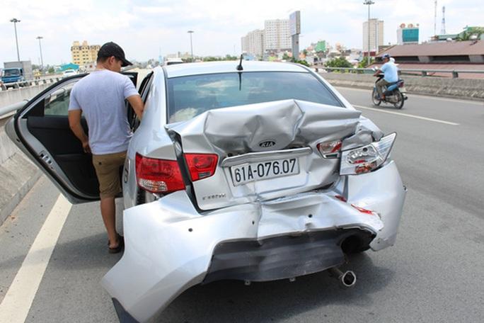 Bốn người may mắn thoát chết từ chiếc xe 4 chỗ bị biến dạng phần đuôi tại hiện trường.