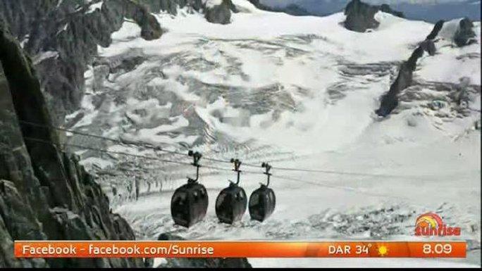 Kênh France 3 TV cho biết nguyên nhân cáp treo bị dừng là do gió mạnh. Ảnh: NEWS.COM.AU