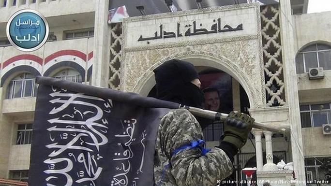 Máy bay chiến đấu nhắm mục tiêu vào một cuộc họp của Jabhat Fateh al-Sham, giết chết Sarakeb và một chỉ huy quân sự có tên là Abu Muslem al-Shami.Ảnh: DW