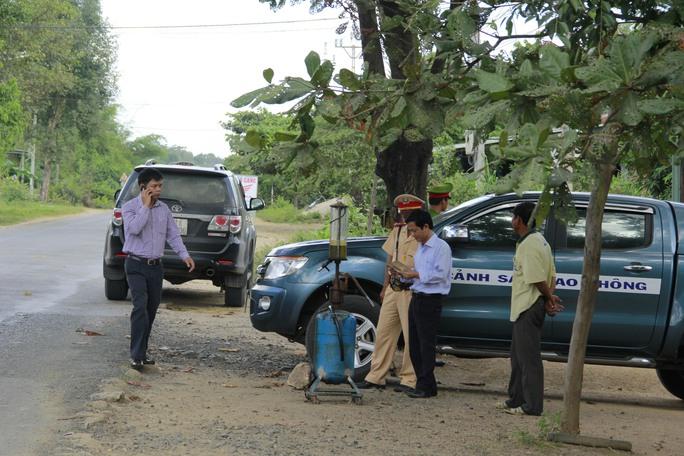 Ông Nguyễn Hữu Quế (thứ hai từ phải sang) chỉ đạo xử lý xe quá tải