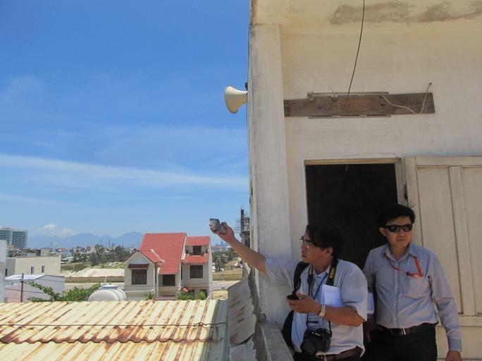 Đoàn kiểm tra của Sở Thông tin và Truyền thông TP Đà Nẵng kiểm tra cụm loa bị nhiễu sóng Ảnh: QUANG QUÝ