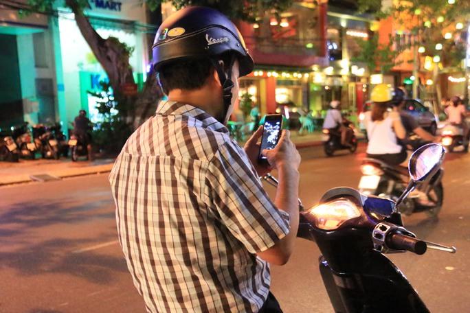 Giới trẻ chơi bắt Pokemon ở đường Bạch Đằng, Đà Nẵng