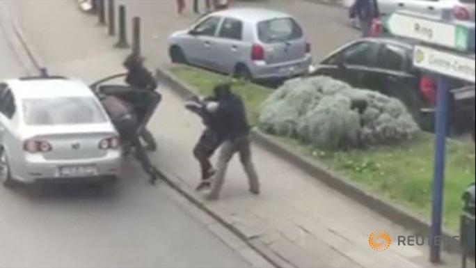 Cảnh sát Bỉ bắt giữ 1 nghi phạm hôm 8-4. Ảnh: Reuters