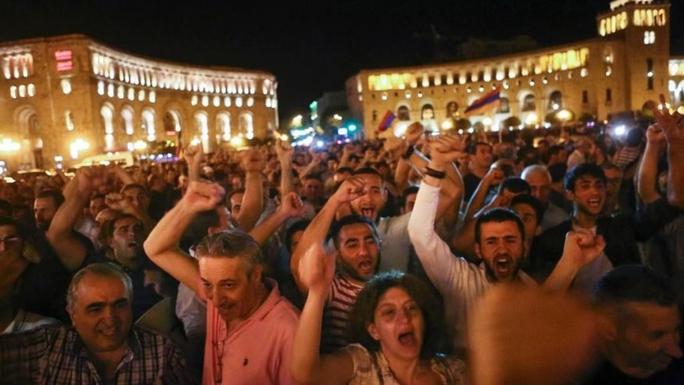 Hàng ngàn người đã tuần hành ở Yerevan để ủng hộ các tay súng đối lập chiếm đồn cảnh sát. Ảnh: Massis post