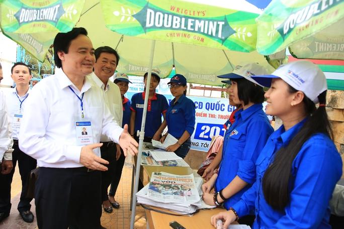 Bộ trưởng nói chuyện với sinh viên tình nguyện làm nhiệm vụ tại Ninh Thuận