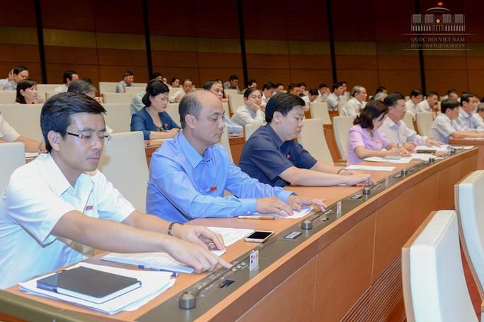 Các đại biểu QH bấm nút thông qua danh sách cơ cấu số lượng Chính phủ nhiệm kỳ 2016-2021 - Ảnh: Quochoi.vn