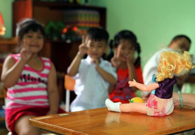 Dùng búp bê để dạy học sinh cách yêu thương nhau