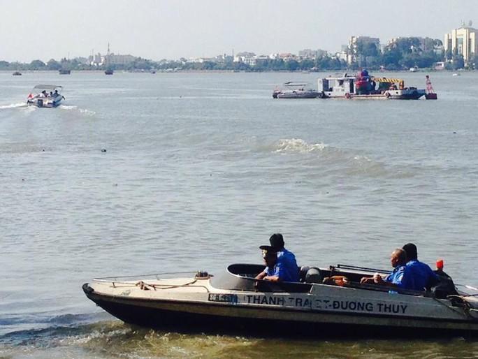 Thanh tra đường thủy tỉnh Đồng Nai quần thảo bờ sông nơi xảy ra vụ tai nạn ẢNH: PHẠM DŨNG