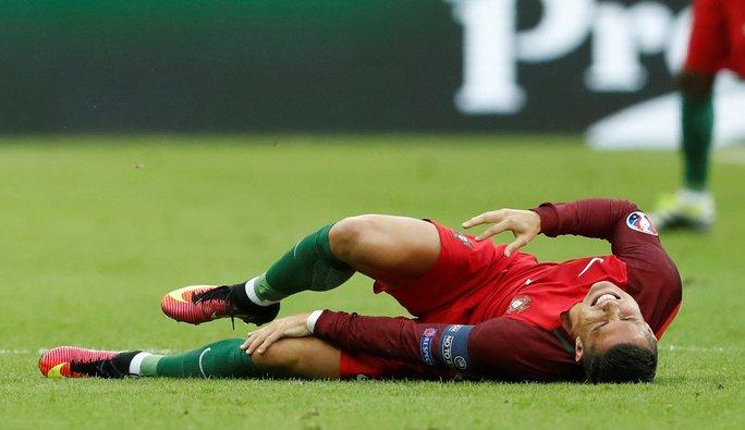 Ronaldo dính chấn thương ở phút thứ 9 sau pha va chạm với Payet