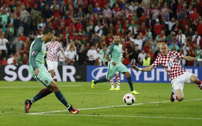 Tuy nhiên, đúng thời điểm tất cả nghĩ đến loạt sút 11 mét thì Ronaldo tỏa sáng với pha dứt điểm buộc Subasic phải đẩy bóng ra cho Quaresma băng vào đánh đầu ghi bàn