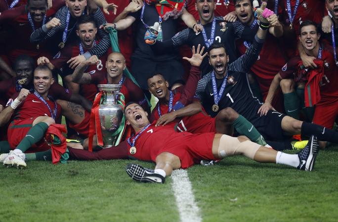 Riêng cá nhân Ronaldo chắc chắn sẽ nhận được Quả Bóng Vàng FIFA 2016 khi trong 2 tháng giành cú đúp Euro và Champions League