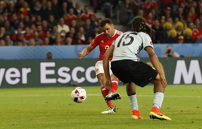 Phút 55, Robson Kanu nâng tỉ số 2-1 cho Xứ Wales với pha xử lý bóng loại toàn bộ hàng thủ Bỉ