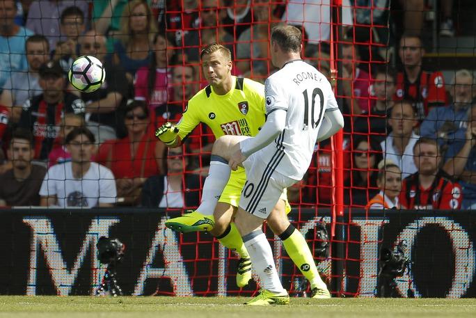 Sang hiệp 2, Rooney nhân đôi cách biệt cho Quỷ đỏ với một pha đánh đầu dễ dàng