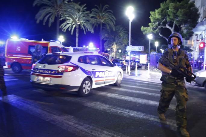 Xe cảnh sát tại hiện trường vụ tấn công kinh hoàng. Ảnh: REUTERS