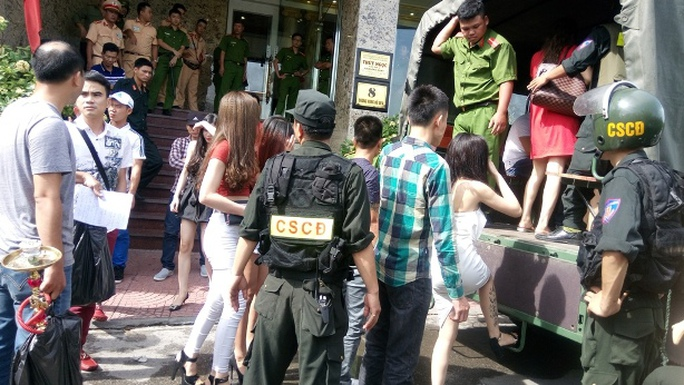 Lực lượng công an di lý các đối tượng tại quán karaoke Ruby về trụ sở để làm rõ