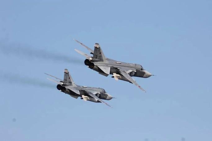 Hai chiếc Sukhoi Su-24 bay trên tàu USS Donald Cook hôm 12-4. Ảnh: EPA