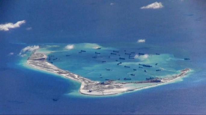 Hoạt động xây đảo nhân tạo của Trung Quốc ở biển Đông khiến cộng đồng quốc tế lo ngại. Ảnh: REUTERS