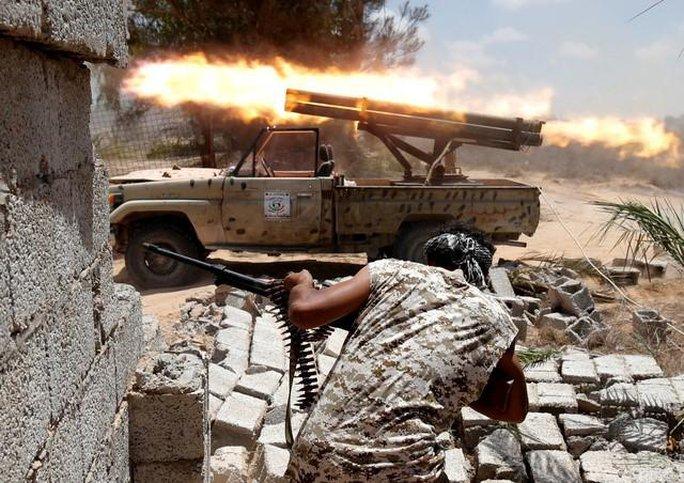 Lực lượng Libya trong một trận chiến với IS tại TP Sirte. Ảnh: Reuters