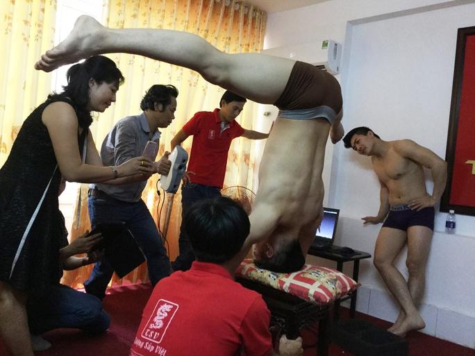 Để đo các cơ bắp, cơ mặt cho chính xác, NS Quốc Cơ phải chồng đầu lên ghế liên tục