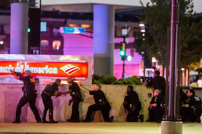 Cảnh sát TP Dallas phản ứng khi bị Johson bắn tỉa. Ảnh: Reuters
