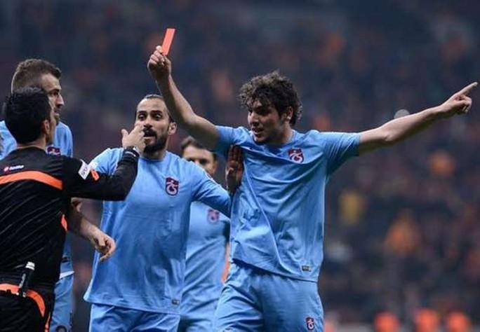 Salih Dursin nhặt thẻ đỏ phạt trọng tài và hậu quả là bị đuổi khỏi sân