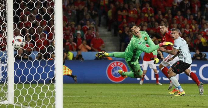 Chưa dừng ở đó, phút 86, cầu thủ dự bị Sam Vokes đánh đầu ngược đẹp mắt ấn định chiến thắng 3-1 cho Xứ Wales
