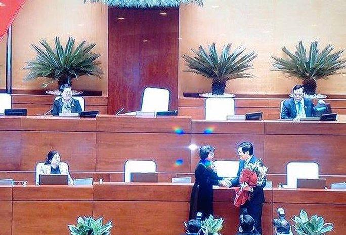 Chủ tịch QH Nguyễn Thị Kim Ngân tặng hoa cho ông Trương Tấn Sang - Ảnh chụp qua màn hình