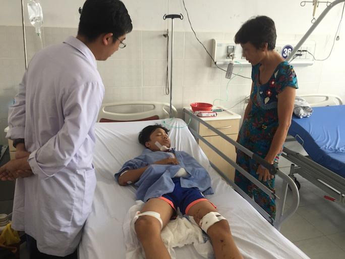 Em Lê Văn Sang bị dập gan, gãy xương cẳng tay trái