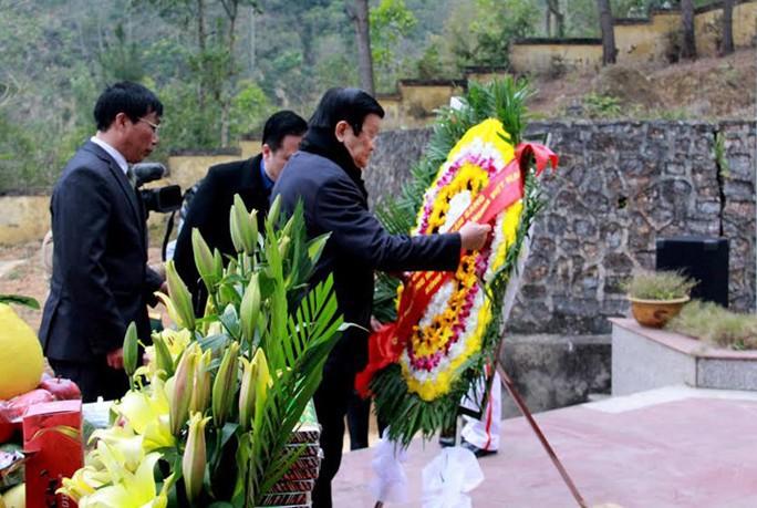 Chủ tịch nước dâng hương tại Nghĩa trang liệt sĩ Trà Lĩnh - Ảnh: VOV