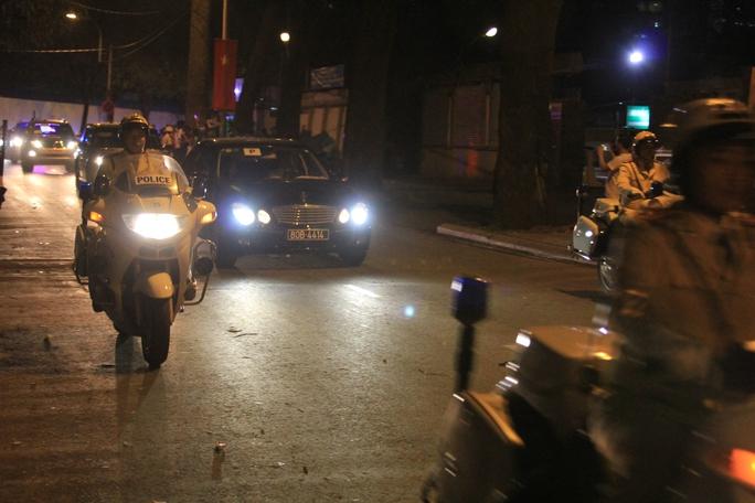 Đoàn xe tổng thống đi trên đường Nguyễn Du tối 24-5. Ảnh: Sỹ Đông