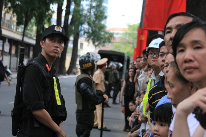 Người dân đứng chờ trên đường Nguyễn Du. Ảnh: Sỹ Đông