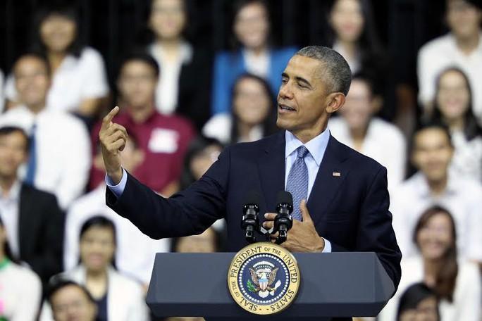 Hình ảnh Tổng thống Mỹ tạo hình giống như đang chụp hình tự sướng (selfie) cũng khiến các bạn trẻ thích thú. Ông nói rằng ông đã thấy các bạn trẻ Việt Nam đặc biệt thích kiểu chụp hình này và đăng lên Facebook. Tổng thống Mỹ cũng cho biết qua mạng xã hội này, một số người đã gởi giới thiệu nhạc Sơn Tùng cho ông. Ông nói thêm. Sáng nay tôi tới phòng tập thể dục, khi tôi đi qua, nhiều người đã chụp hình tự sướng với tôi - Tổng thống Obama nói. Ảnh: Hoàng Triều