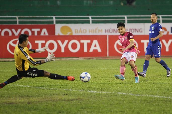 Ở hiệp đấu thứ 2, đội bóng Sài Gòn có nhiều cơ hội hơn, tuy nhiên may mắn vẫn không mỉm cười với họ khi lần lượt những pha dứt điểm của họ đều không thắng nổi thủ môn Tấn Trường