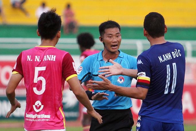 Nhiều tình huống va chạm giãu cầu thủ hai đội