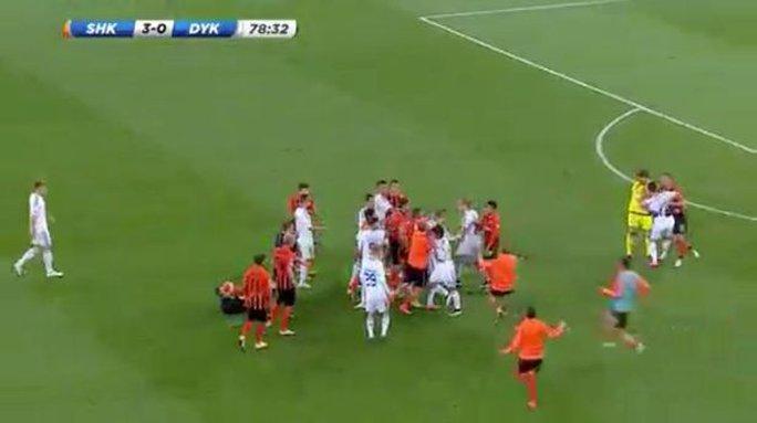 Cầu thủ 2 đội vây lấy nhau đánh đấm loạn xạ