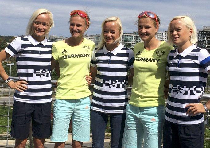 2 chị em song sinh người Đức Anna và Lisa Hahner (áo xanh) chụp hình kỷ niệm cùng chị em sinh 3 Lily, Liina và Leila Luik (Estonia) trước cuộc thi marathon