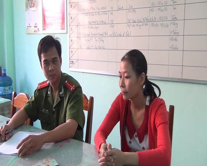 Cô giáo mầm non Trần Thị Kim Phước mang 40 triệu đồng nhặt được đến nhờ công an tìm chủ nhân để trao lại Ảnh: Thúy Vân
