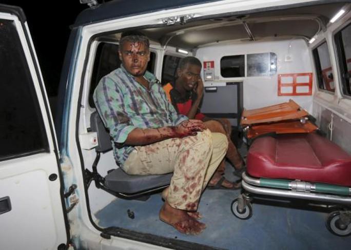 Một người bị thương gần khách sạn. Ảnh: Reuters