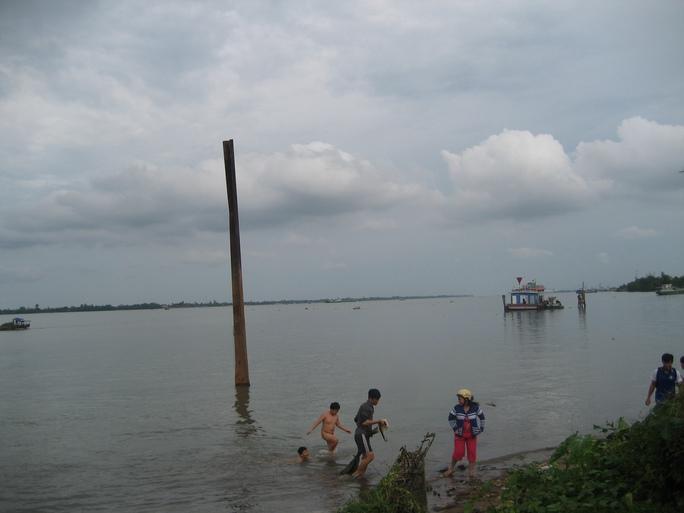 Sông Hậu rất dễ bị ô nhiễm do có nhiều nhà máy, xí nghiệp xả thải ra đây